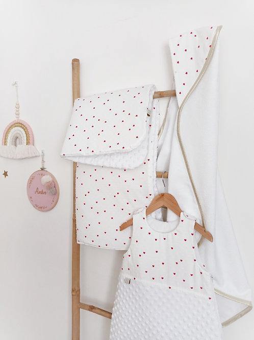 Linge de lit bébé tissu petits coeurs rouges sur fond blanc; créatrice bébé Maman Poulpe