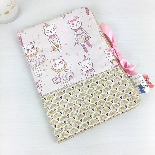 Protège-carnet de santé imprimé chat sur fond rose et doré Maman Poulpe Création