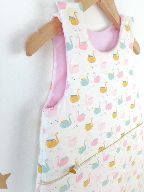 Gigoteuse bébé Maman Poulpe création imprimé cygnes rose bleu ciel et ocre sur fond écru