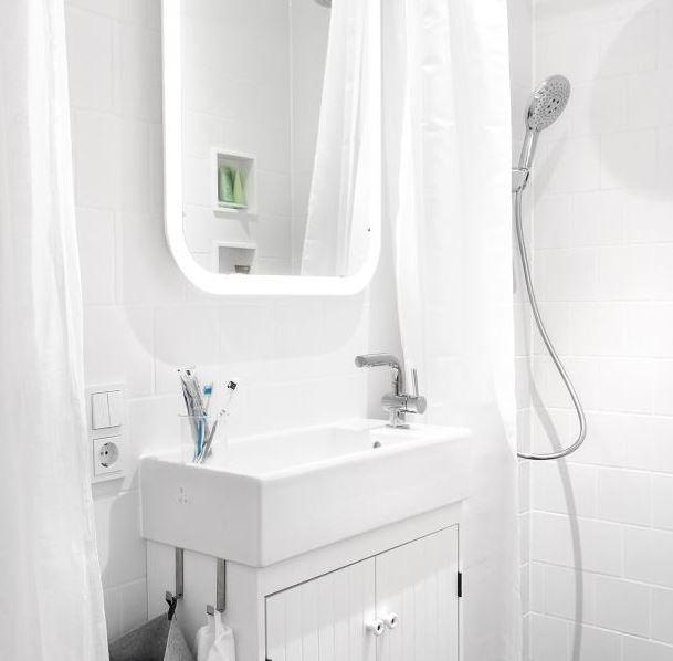 Čím menší koupelna, tím větší zrcadlo. Zlepšuje to světelné podmínky a opticky se tím prostor téměř zdvojnásobí.