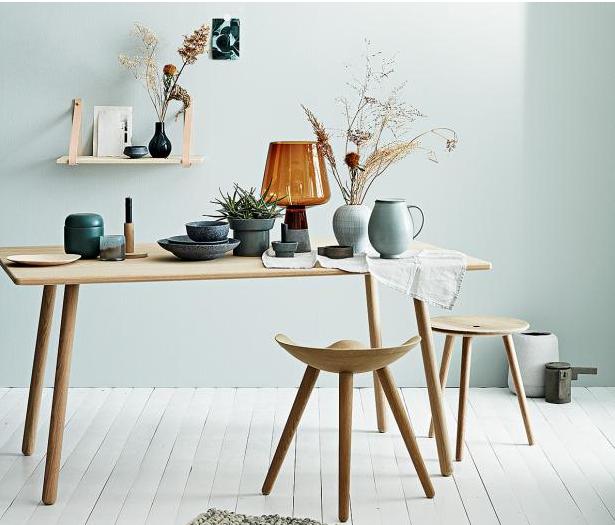 lehce zelený keramika na dřevěném stole působí velice čistě a klidně