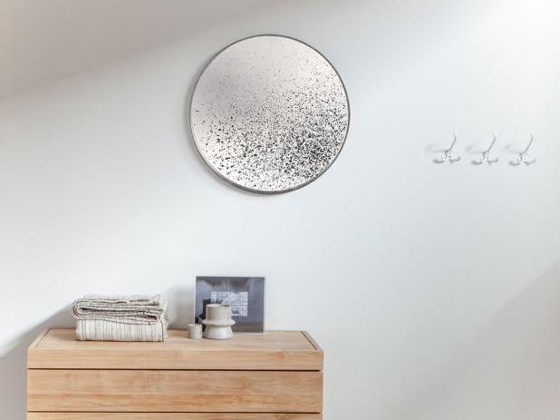 Jemně tónovaná zrcadla působí v interiéru vyjímečně a nesou s sebou čpetku tajemna.