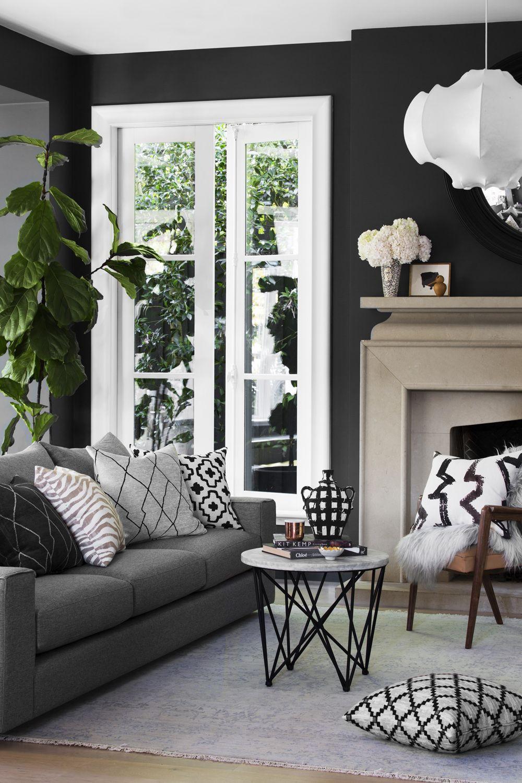 Černá dodává na pohodlí a zahalí interiér jakoby do náručí