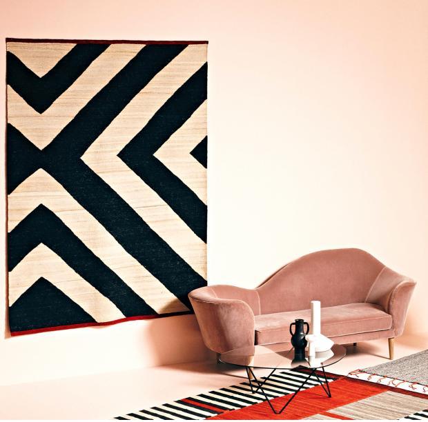 Vertikálně umístěný koberec, na zeď. Pocitově zateplí místnost a zároveň je jakoby uměleckým dílem.