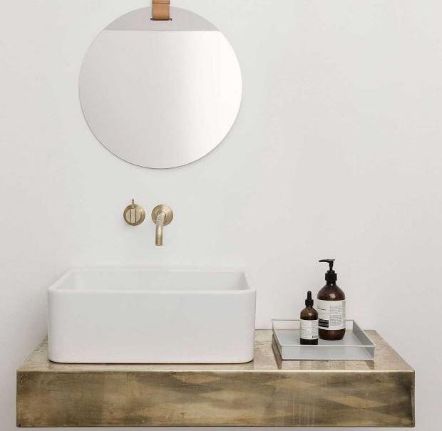Mít uklizeno v koupelně neznamená jen to, že budete vlastnit pouze dva produkty.  Zkuste si kosmetické produkty, alespoň ty, které jsou viditelné, přelít do jednotných pudélek a lahviček.  Vše bude mít najednou své místo.