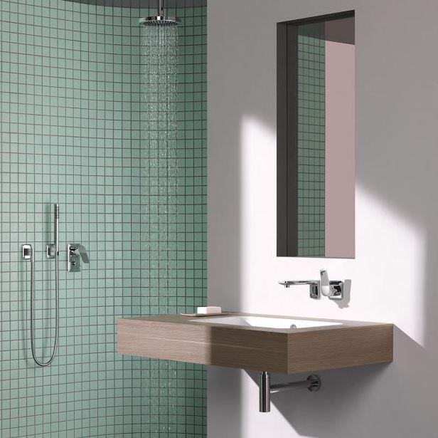 Jednoduše pojatý sprchový kout vytvořený ve výklenku, opticky oddělený maloformátovou zelenou mazaikou.