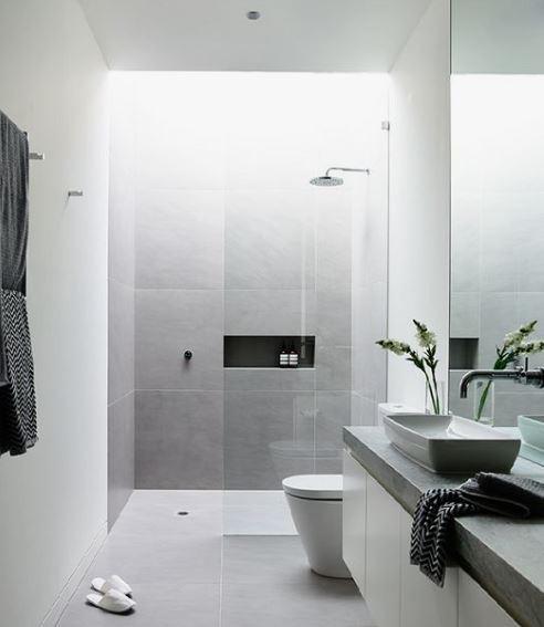 Koupelny, v nichž je použit velkoformátový obklad působí velkoryse a promyšleně. Sklo u walk-in sprchy zase dodává prostoru na lehkosti a vzdušnosti.