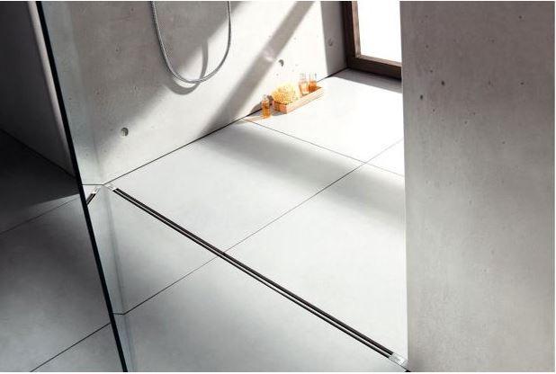 Pohledový beton (nejen) v koupelně jistě není pro každého. Zde v kombinaci s obkladem v přirodním odstínu naopak působí velice jemně.