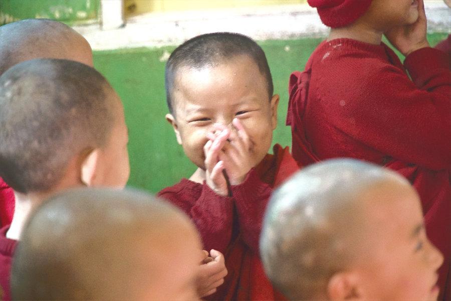 Myanmar Kind Lacht Kontakt
