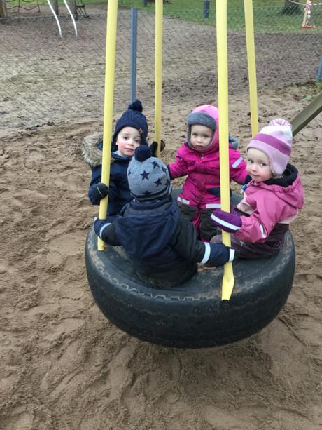 Barn på Stubben gungar
