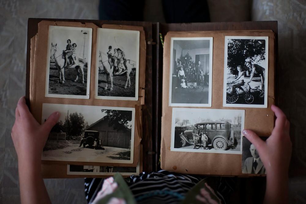 Pessoa segurando álbum de fotografias