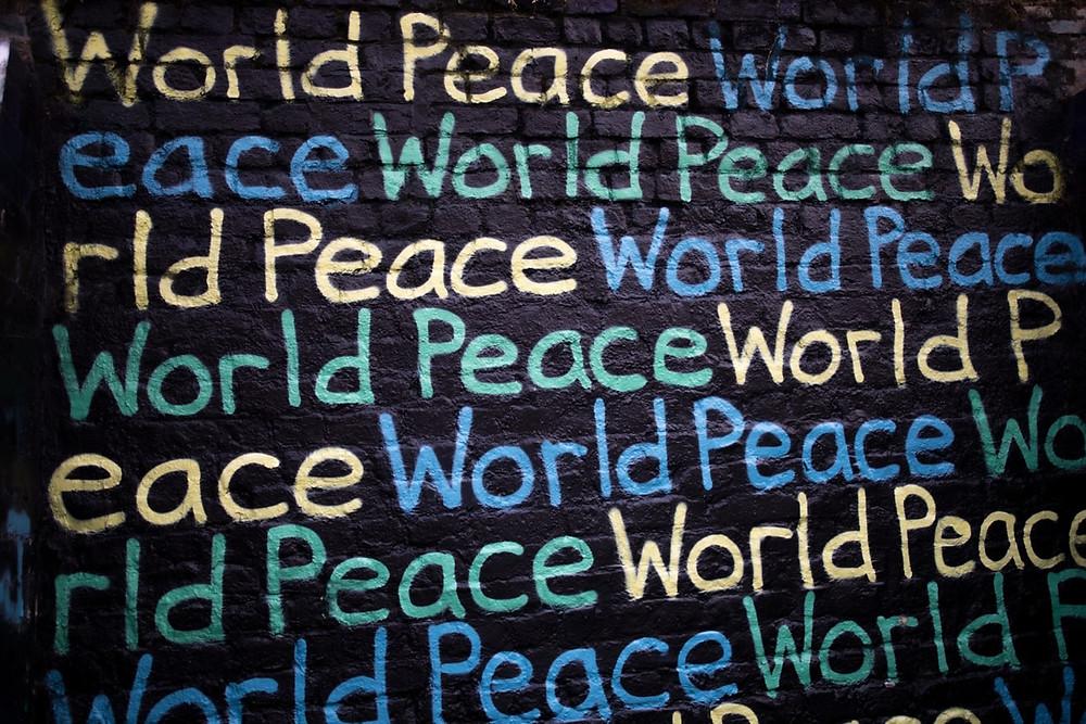 "Muro com as palavras ""Wolrd"" e ""Peace"" pintadas"