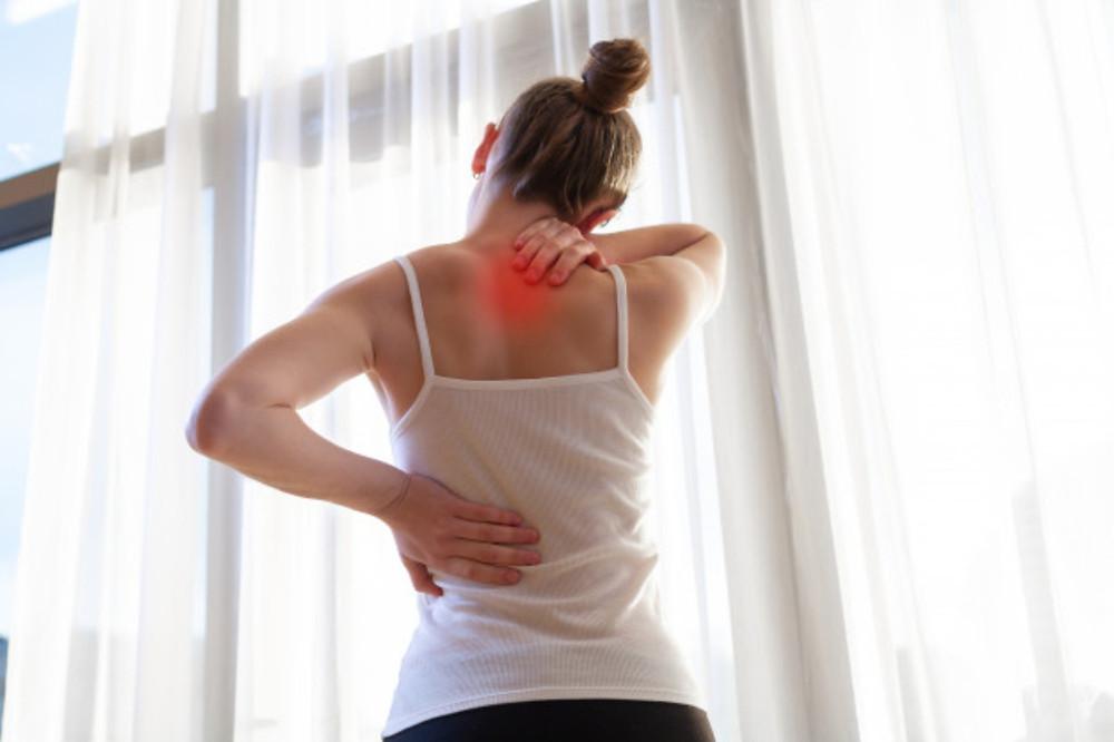 Mulher com dor nas costas e no pescoço