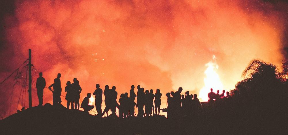 Pessoas observando queimada