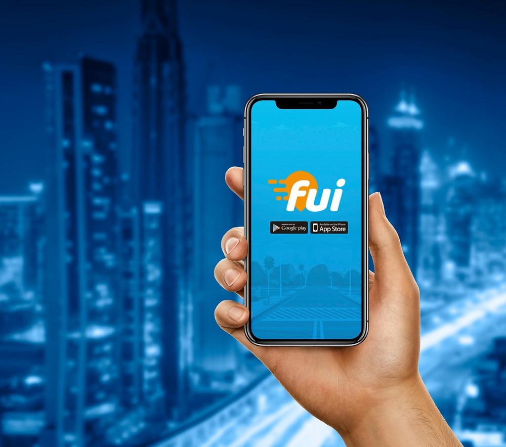 Mão segurando celular com logo da Fui