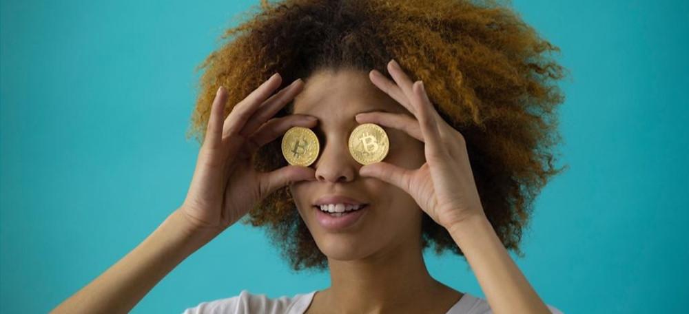 Menina segurando moeda nos olhos