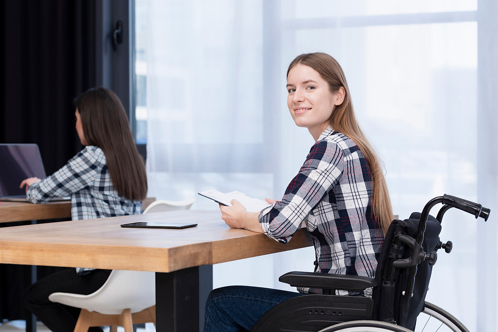 Mulher cadeirante em uma sala de aula