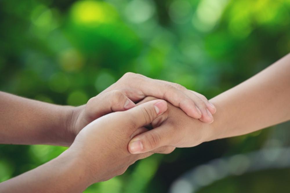 Pessoas se dando as mãos