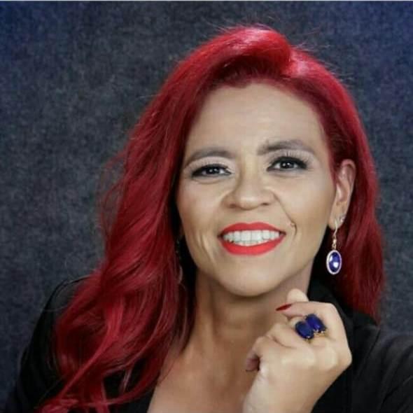 Psicóloga Daniela Oliveira: morena, cabelos vermelhos
