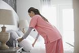 Início enfermeira que faz a cama