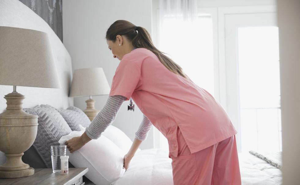 Infermiera domestica di rifare il letto