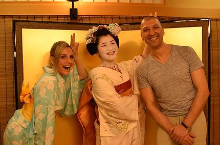 舞妓さんとお客様の記念写真