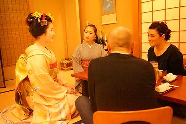 舞妓さんとスタッフと外国人観光客の歓談