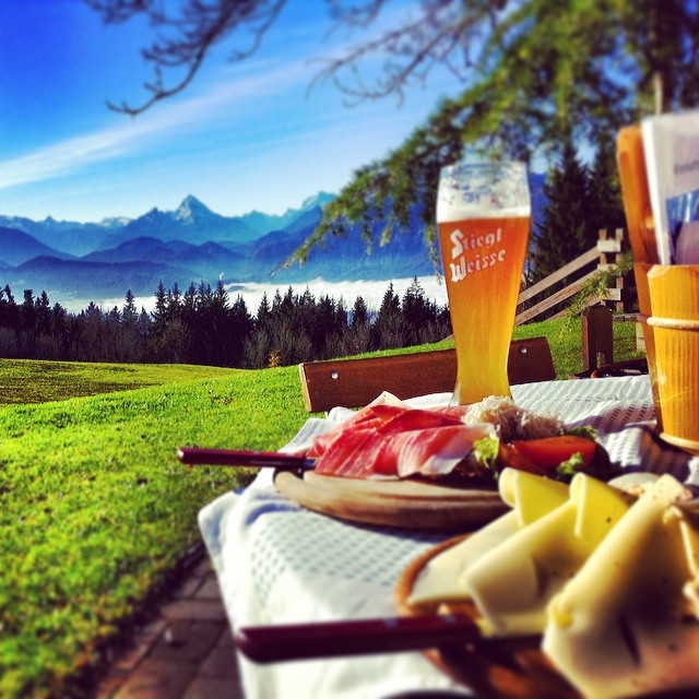 Starting the weekend over the clouds! #hiking #salzburg #lederhosen #speck #alkoholfreiesweissbier _