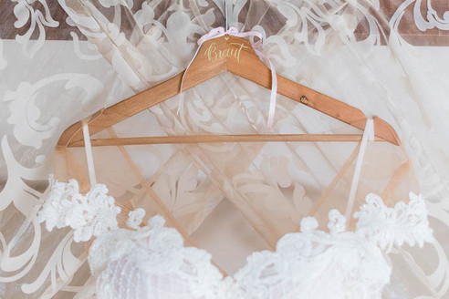 Brautkleid mit personalisiertem Bügel
