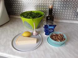Zutaten für ein Rucula-Walnuss-Pesto