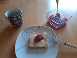 Serviervorschlag Rhabarber-Erdbeer-Konfitüre