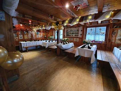 Hochzeitsfeier im Saloon
