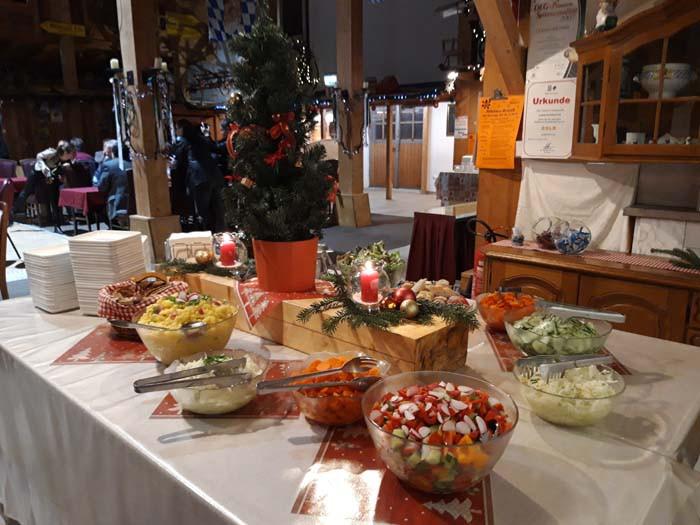 Salatbuffet an einer Weihnachtsfeier