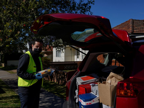 Councilor El-Hayek of Sydney delivers food himself to vulnerable families in lockdown districts.