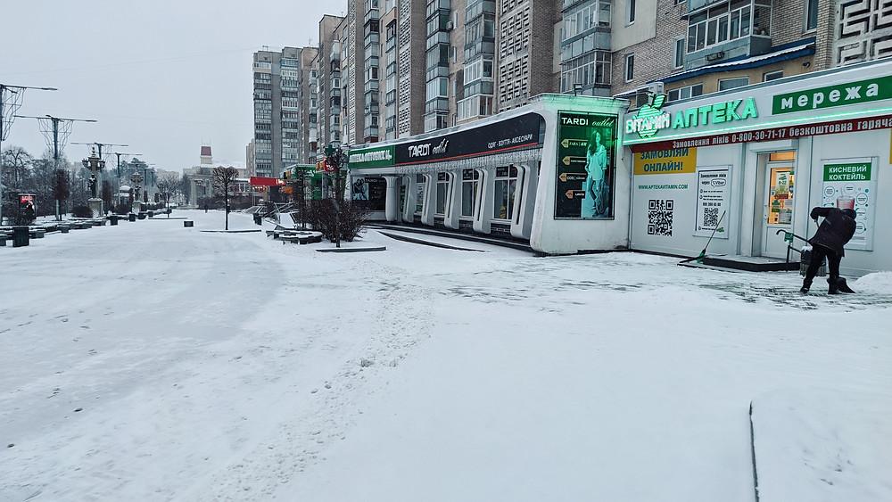 У період снігопадів кафе, магазиніви, офіси тощо мають розчищати прилеглу територію від снігу та ожеледі