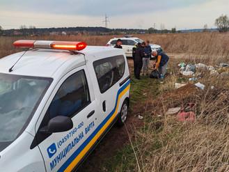 Правоохоронні структури Ірпеня притягнули до відповідальності чоловіка, що викидував сміття на запла
