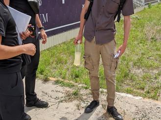 Проблема незаконної розклейки оголошень у місті: хлопця спіймали «на гарячому»