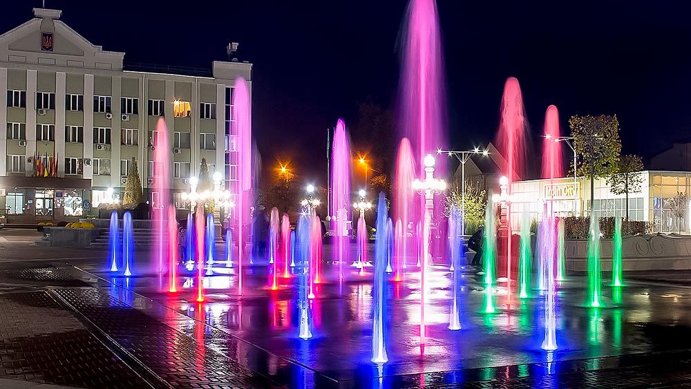 Вечірній Ірпінь, фонтани на центральній площі імені Шевченка.фото надане інформаційним агенством ITV.