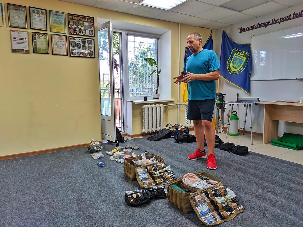 Навчання проводить Микола Ковальчук – керівник Ірпінської «Муніципальної варти», інструктор з підготовки бійців-рятувальників та інструкторів з першої допомоги
