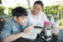 asiatico-madre-ensenando-aprendiendo-su-