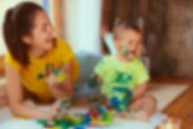 madre-hijo-pintando-papel-grande-sus-man