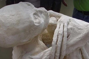 Nazca mummie with the 3 digit hands (image from Gaia.com)