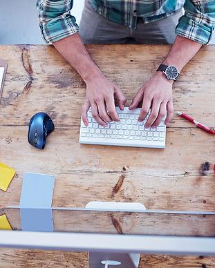 Man Arbeiten in Holztisch