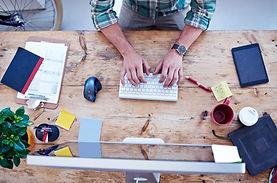 Uomo che lavora nella tabella in legno