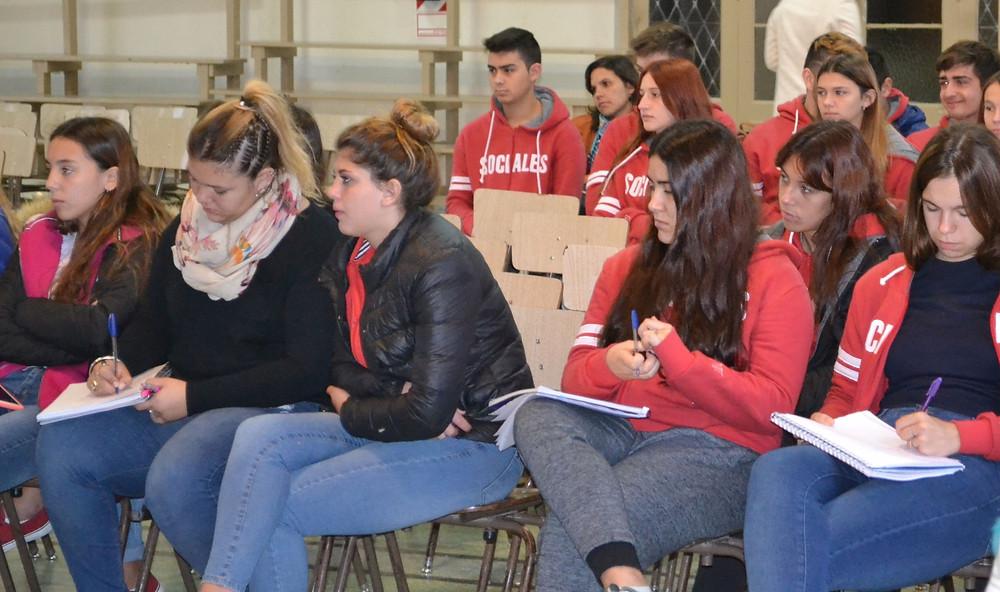 Entre apuntes: los y las estudiantes de la EES Nº 10