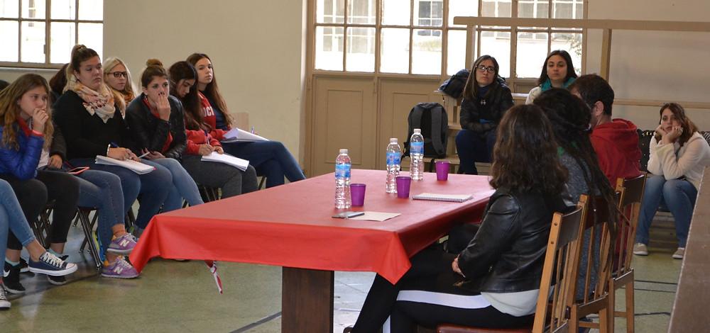 Jóvenes de Olavarría exponen sus experiencias ante la mirada atenta de estudiantes: Ariel Rodriguez, Paloma Carlos, Rocío Pereyra de Olavarría