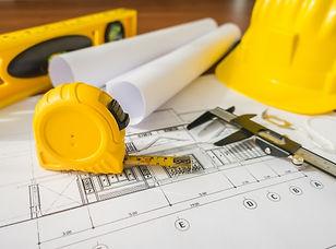 planes-construccion-casco-amarillo-herra