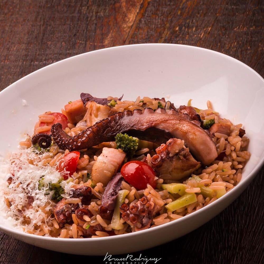 arroz de polvo com bacon, brócolis, tomate cereja e queijo grana padano