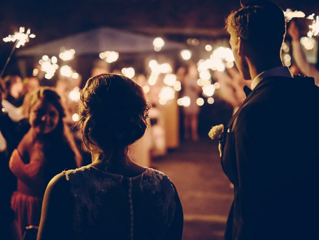 10 Common Mistakes To Avoid As Wedding Guests (Expert-Approved)