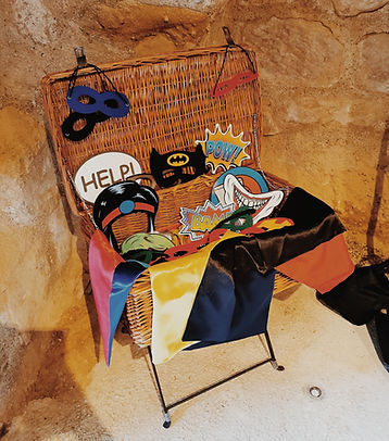 deguisements-mariage-decoration-photobooth-masque-cape-super-hero.jpg